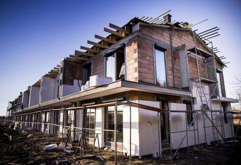 Prace przy wykonaniu pokrycia dachu oraz elewacji