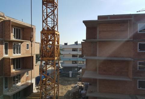 W inwestycji Strażacka IV Etap w budynku G, I, J zostały zamontowane częściowo okna.