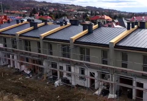 Prace przy wykonaniu pokrycia dachowego oraz elewacji budynku