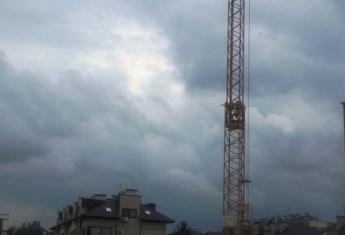 Dźwig pojawił się na budowie - czas na rozpoczęcie ciężkich prac budowlanych.