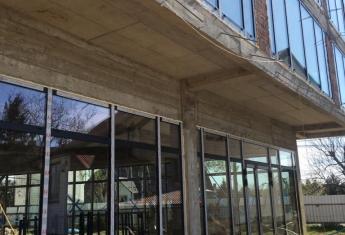 Na inwestycji ZIG-ZAK House przy ul Kwiatkowskiego wszystkie witryny w lokalach usługowych zostały zamontowane.