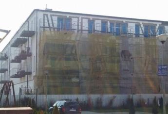 Od strony frontowej (południowej) budynku została wykonana elewacja