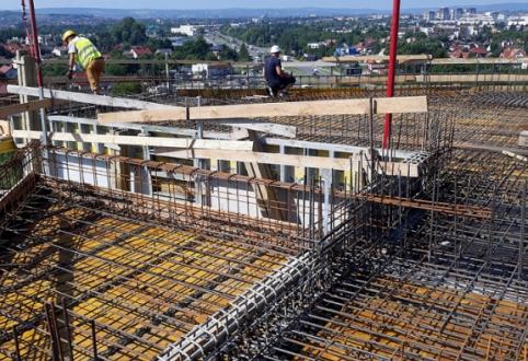 Prace konstrukcyjne przy 10 kondygnacji, ściany działowe, instalacje podtynkowe