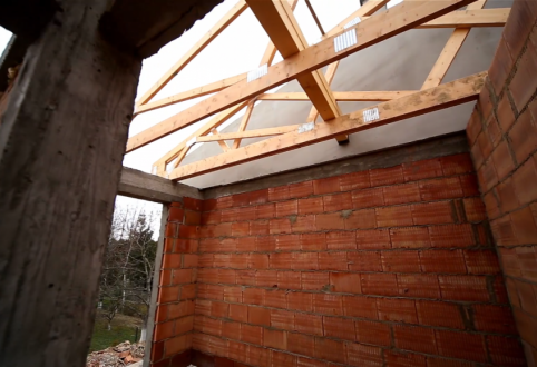 Prace przy wykonywaniu konstrukcji dachu