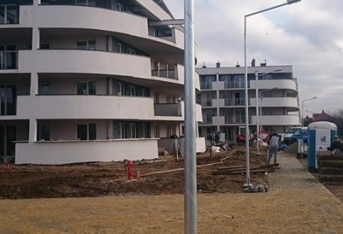 Prace wykończeniowe wokół budynku
